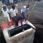 Bus stürzte in Indien in Brunnenschacht