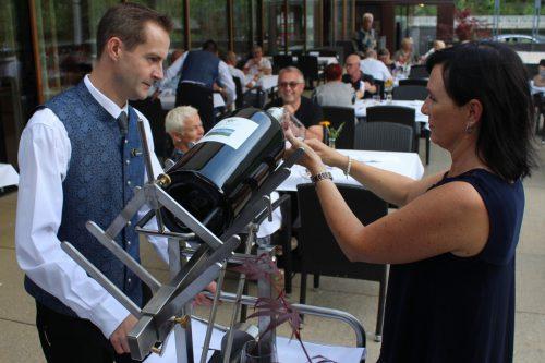 """Bei Wine & Dine wird der """"Chardonnay Eugen"""" aus der Großflasche serviert. Eingeschenkt wird mittels einer Spezialkonstruktion. STRAUSS"""