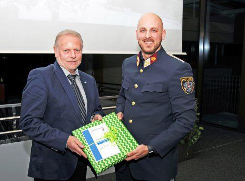 Bgm. Blum bedankt sich beim Chef der Seepolizei Hard für den Vortrag.