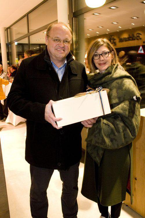 Bgm. Elmar Rhomberg und Cäcilia brachten ein Eröffnungsgeschenk mit.