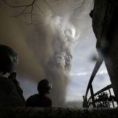 Vulkan auf den Philippinen spuckt Rauch und Asche
