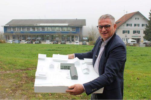 Bürgermeister Kirchmann mit dem Modell des neuen Projekts in Langen.