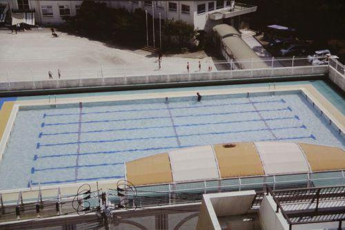 """Charakteristisch für Stadlers Schaffen ist die im letzten Sommer in Japan entstandene Videoarbeit """"Swimming Pool"""". A. Grabher"""