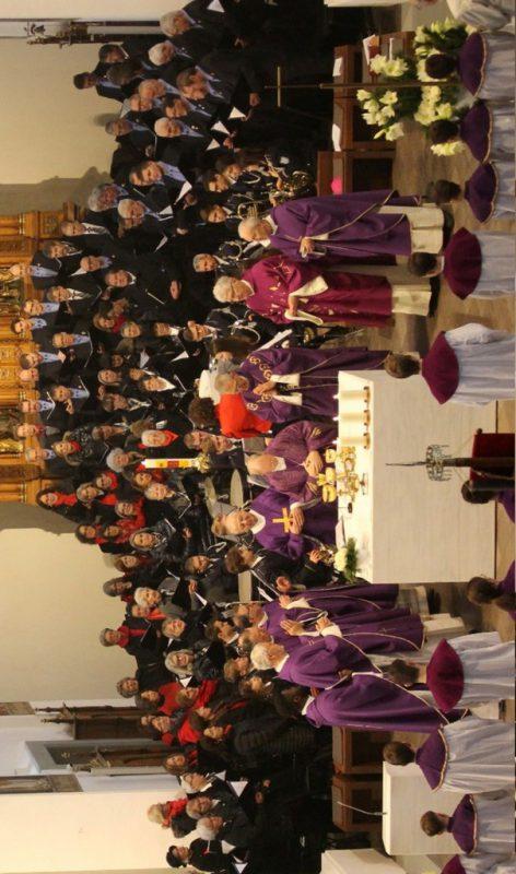Chorgemeinschaft St. Georg, Frauenchor Hofsteig, Männerchor und ein Bläserensemble der Bürgermusik gestalteten den Festgottesdienst musikalisch.