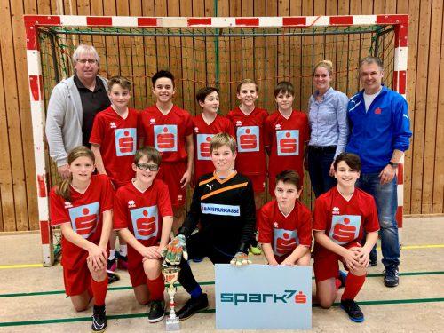 Christoph Neyer (li.) und Tamara Dünser (Sparkasse) gratulierten dem Siegerteam der Mittelschule aus Egg. nam