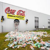 Protestaktion bei Coca-Cola-Werk gegen Plastikflut