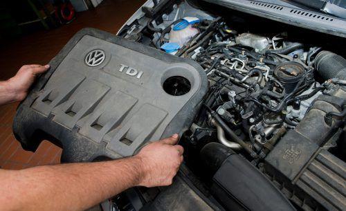 Damit der Firmenmotor (Bild: beanstandeter VW-Motor) wieder friktionsfrei läuft, will sich VW mit der Kundschaft vergleichen. DPA