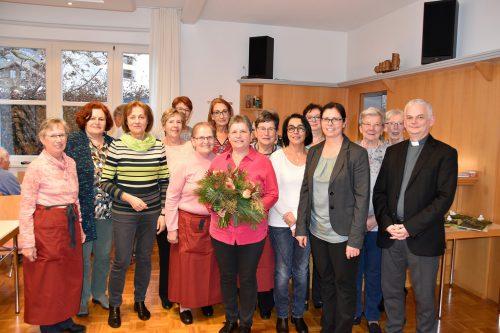 Das Organisationsteam des Rankweiler Hocks, Bürgermeisterin Katharina Wöß-Krall und Pfarrer Walter Juen verabschiedeten Obfrau Helene Speckle (Mitte).marktgemeinde