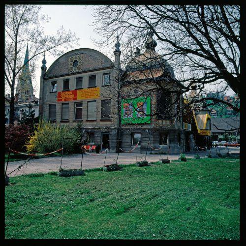 """Das Saalbaugebäude in Feldkirch war ursprünglich als Theater geplant, bot aber schon 1908 erste """"sprechende, singende und musizierende Bilder"""" an. 1909/10 wurden dann die Saalbaulichtspiele Feldkirch gegründet.Raumplanung Land Vorarlberg, Rudolf Zündel (VN), Helmut Klapper, Sammlung Risch-Lau, Vorarlberger Landesbibliothek"""