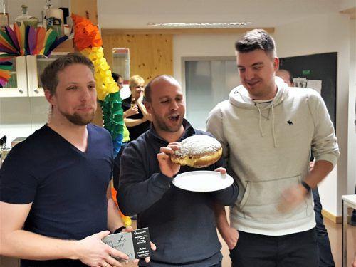 Das Siegerteam des Mannschaftswettbewerbs der Rankler Sportschützen, VBC Blockbuster 1, mit dem Preis: einem Riesenkrapfen. SSV Rankweil