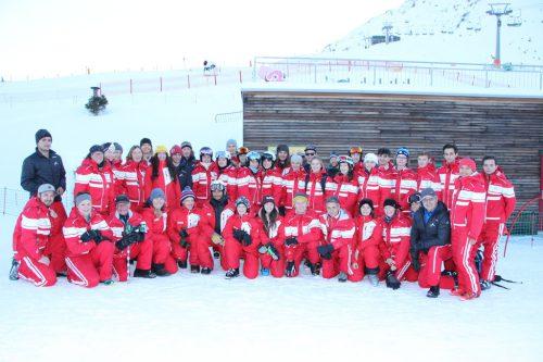Das Skischulteam präsentiert sich für die Gäste. est