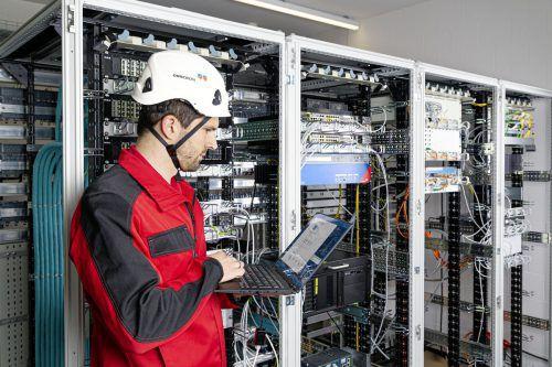 Die Kontrollsysteme des Klauser Unternehmens Omicron sorgen weltweit für eine funktionierende Stromversorgung - auch während der Corona-Pandemie. Fa
