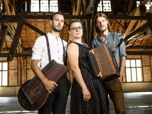 """Das """"tschejefem Trio"""" spielt im Wäldersaal in Lingenau auf."""