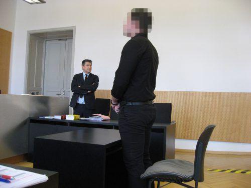 """Der Angeklagte (im Bild mit Verteidiger Alexander Fetz) sprach von einer """"Spontanaktion"""", die ihn zu dem Banküberall verleitet habe. eckert"""