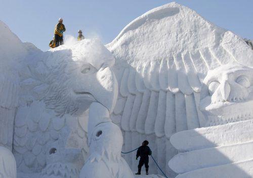 Der Schnee für die Skulpturen muss mit Lastwagen herangekarrt werden.