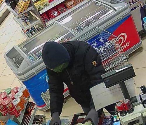 Der Täter trug eine auffallende Maskierung und ein Emblem auf der Jacke. polizei