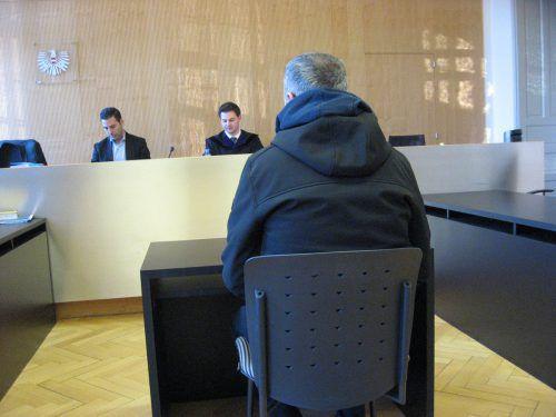 Die Aussagen des Angeklagten (hier vor Richter Georg Furtschegger) widersprachen den Angaben des Buchhalters des Supermarktes. eckert