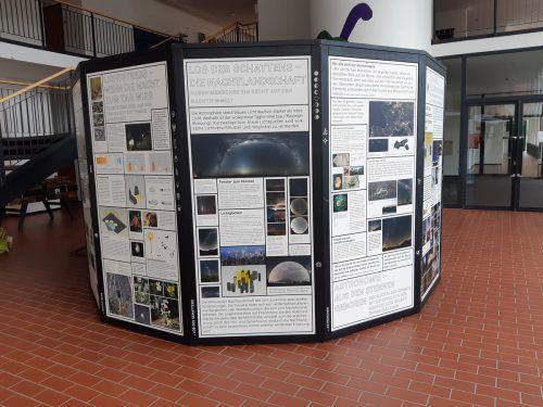 """Die Ausstellung """"Helle Not"""" ist an der MS Hasenfeld zu sehen. Gemeinde"""
