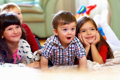"""Die Babysitter bieten Eltern und Kindern eine willkommene Abwechslung. Die Jugendlichen und jungen Erwachsenen werden von ehrenamtlichen """"Frau Holles"""" unterstützt."""