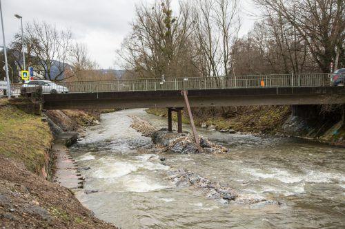 Die Brücke in Unterhochsteg hat knapp 70 Jahre auf dem Buckel. Es wurden bereits Notstützen eingebaut. VN/RP, Risch-Lau, Klapper