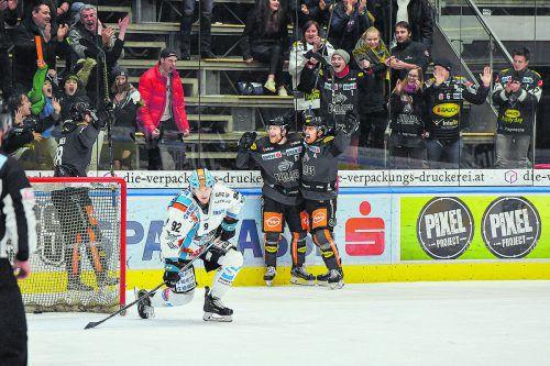 Die Entscheidung in der Overtime: Juhani Tamminen, Matias Sointu und Robin Gartner jubeln über den Treffer zum 4:3-Sieg gegen Linz.gepa