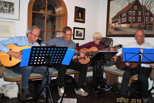 Die Gitarrengruppe Farbklang versetzte die Seniorinnen und Senioren in Adventstimmung. seniorenbund altach