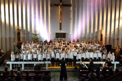 Die Kapelle des Instituts St. Josef wurde von den insgesamt fast 140 Sängerinnen mit vorweihnachtlichen Klängen gefüllt.NMS Institut St. Josef