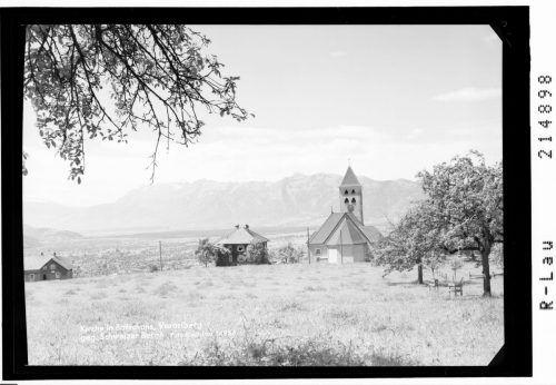 Die Kirche liegt in Aussichtslage an einer Geländekante.