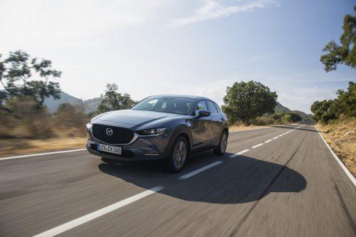 Die Mazda-Kompaktmodelle Mazda3 und das CX-30 können seit kurzem mit einer weiteren Ausbaustufe des Zweiliter-Benzinmotors geordert werden. Der sogenannte Skyactiv-G 150-Benzinmotor steht alternativ zur bisherigen Version mit 122 PS auch in einer 150 PS-Variante zur Verfügung und schließt damit die Lücke zum 180 PS starken Topaggregat der Baureihen.