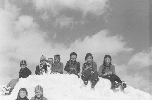 Die Skier abgeschnallt für eine Pause an der Sonne: Diese Kinder in Lech genießen einen schönen Wintertag am Arlberg.Sammlung Risch-Lau, Vorarlberger Landesbibliothek