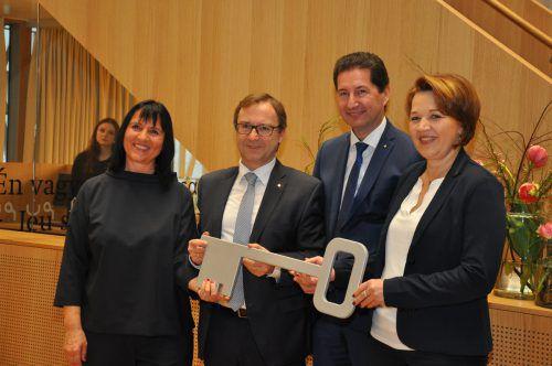 Die symbolische Schlüsselübergabe machte die Eröffnung der 6,4 Millionen Euro teuren Stadtbibliothek komplett.
