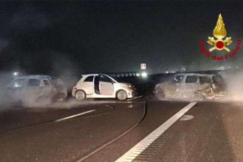 Die Täter haben eine Barriere aus Nägeln und brennenden Autos errichtet. AFP