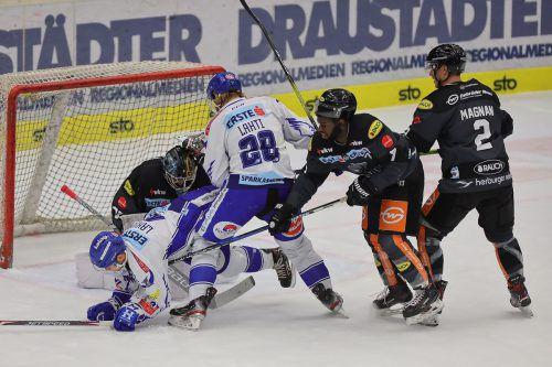 Die Villach-Stürmer Alexander Lahoda und Mika Lahti machen Druck auf das Gehäuse des Dornbirner EC.Krammer