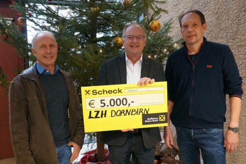 Direktor Johannes Mathis freute sich mit seinem Team über die großzügige Spende von der Firma Winsauer Bau.cth