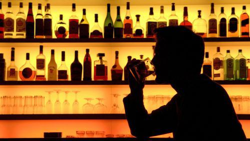 Doppelt so viele Männer wie Frauen weisen problematischen Alkoholkonsum auf. apa