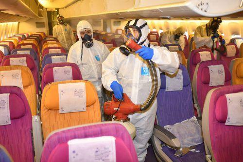 Ein Flugzeug wird am Flughafen Bangkok desinfiziert, um eine Ausbreitung des Coronavirus zu verhindern. AFP