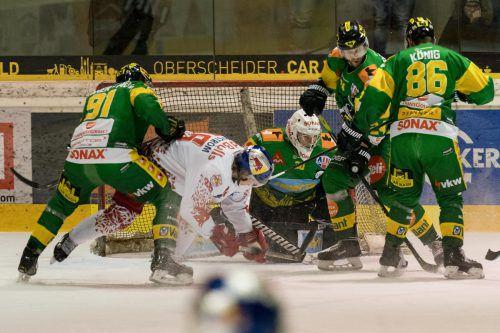 Einbahn-Eishockey in der Rheinhalle. Lustenau-Torhüter Rene Swette war gegen Salzburg der Turm in der Schlacht.Stiplovsek