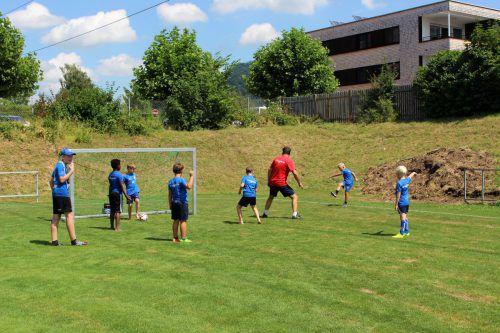 Eine Maßnahme ist die Verbesserung der Trainingsmöglichkeiten für Fußballer.