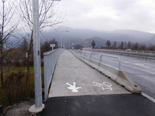 Eine neue Leitwand trennt die Fußgänger und Radfahrer vom Straßenverkehr und sorgt damit für mehr Sicherheit.Michael Mäser