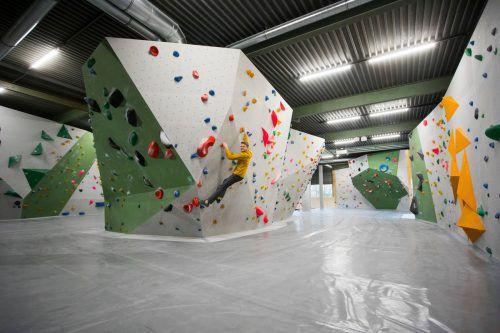 Einfach mal abhängen: Patrick Persdorf und sein Kompagnon Demian Geyer haben die ehemalige Hajek-Halle in Bregenz zu einer Boulderhalle umgebaut. VN/Paulitsch