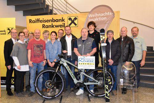 Einige der glücklichen Gewinner mit Karl Loacker (Raiffeisenbank Rankweil), René Nick (SKRIBO Nick) und Bürgermeisterin Katharina Wöß-Krall. Marktgemeinde