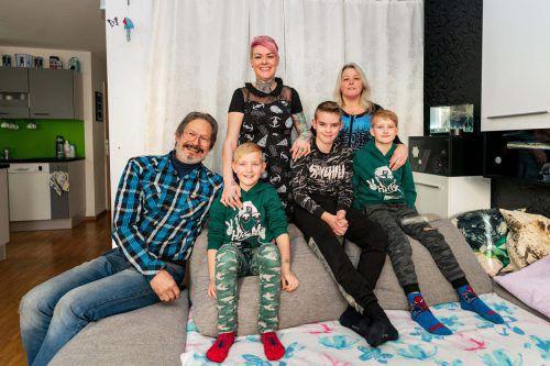 Familie Tagwercher hält fest zusammen: Sandra mit ihren Kindern Ian, Kim und Alexa, mit Mutter Andrea und ihrem Stiefvater Roland. VN/Stiplovsek