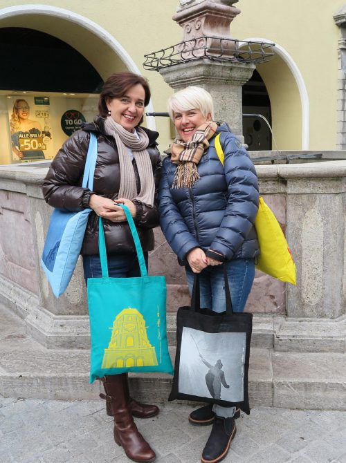 Farbenfroh und plastikfrei: Die neuen Bludenzer Stofftaschen sind in drei unterschiedlichen Designs erhältlich. Stadt Bludenz