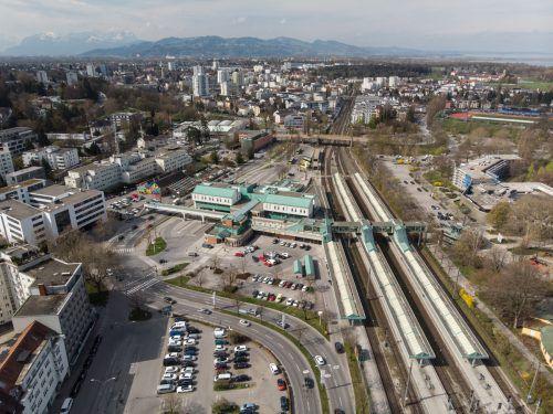 Bürgermeister Michael Ritsch kann sich eine Überbauung von Bahn und Straße vorstellen. Das Container-Provisorium für den Bahnhof soll laut ÖBB in den Seeanlagen entstehen.VN/Pauitsch