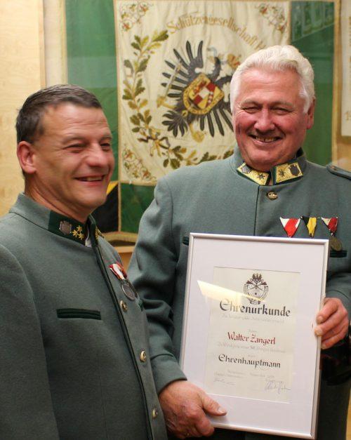 Kompaniechef Richard Fink mit Ehrenhauptmann Walter Zangerl.