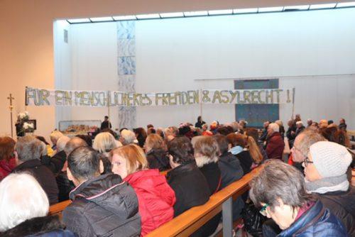 Eine volle Tisner Kirche bei der Solidaritätsbekundung.Uns reichts