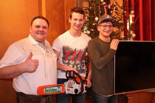 Obmann Michael Lenz (l.) gratuliert den Tombola-Gewinnern.nam