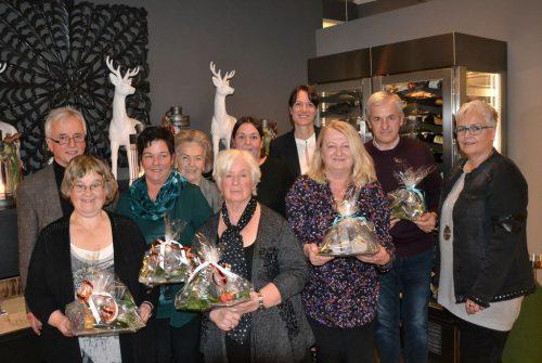 Geschäftsführerin Ingrid Furxer und Obmann Günther Platter bedanken sich beilangjährigen MOHI-Assistentinnen und den neuen Heimhelfern.stadt