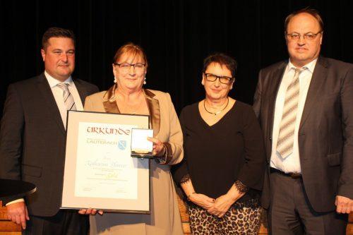 """""""Vergoldet"""" wurde Katharina Pfanner von der Guta. GR Winder nahm mit Bgm. Rhomberg und Vize-Bgm. Doris Rohner die Auszeichnung vor. STRAUSS"""