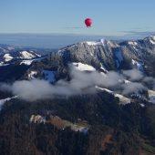 Erste Alpenüberquerung im Euterballon der Künstlerin Husar ist geglückt. D9